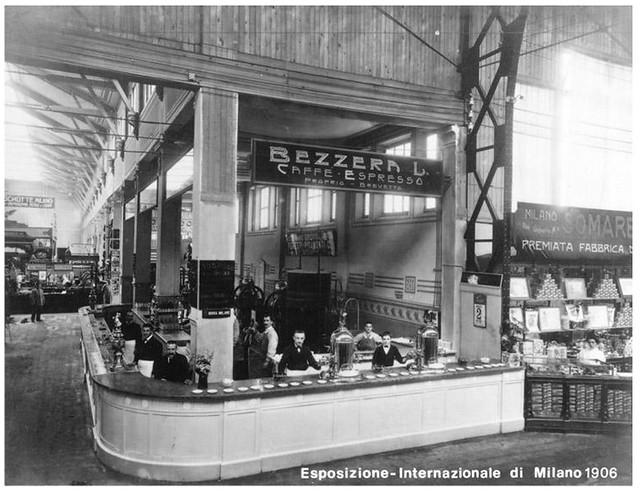 Quầy Caffe Espresso tại Milan năm 1906 với các máy Espresso  Ideale