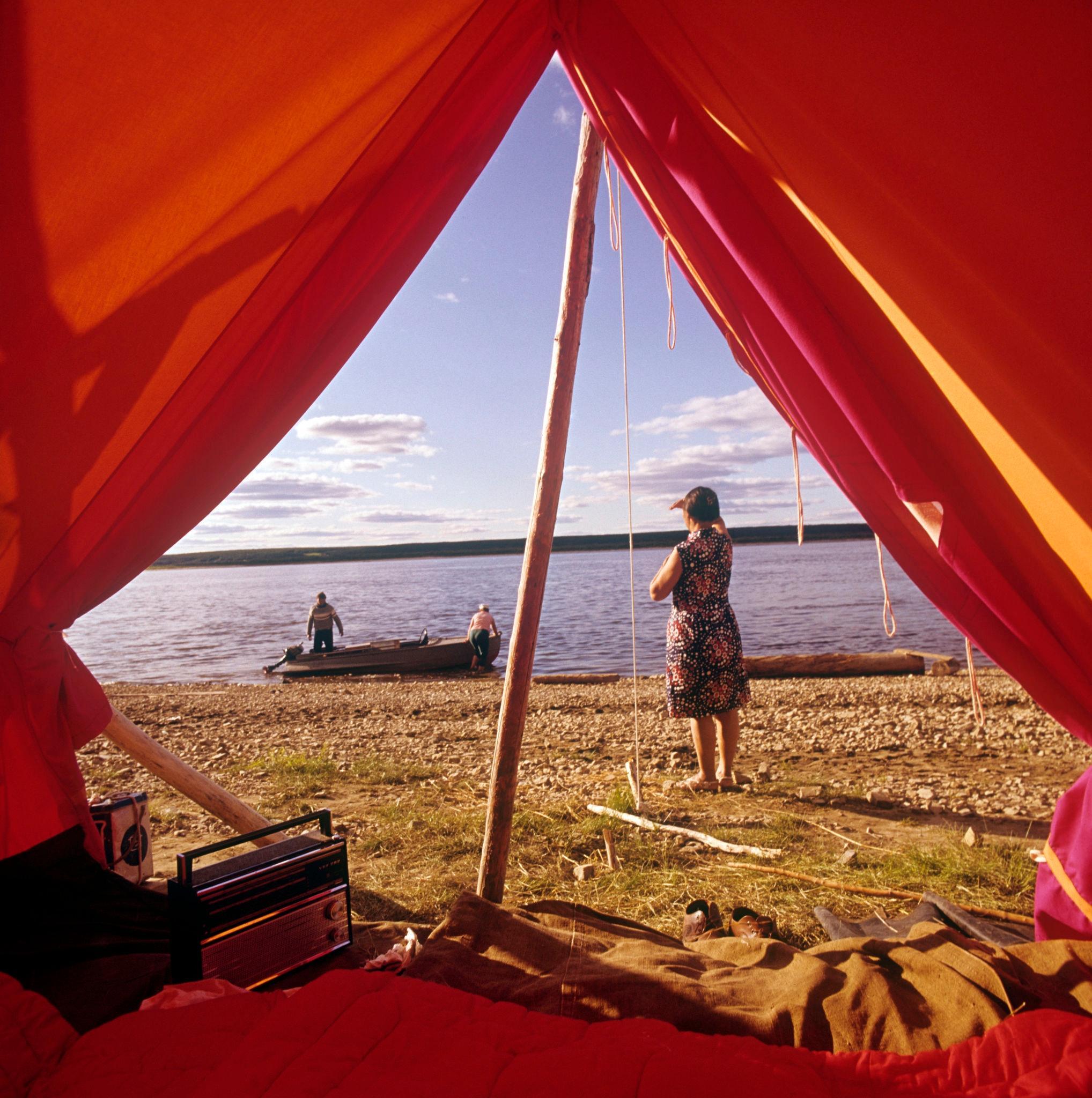1970-е. Красная палатка туристов на побережье Лены