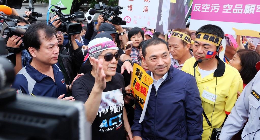 新北市長候選人侯友宜於遊行前出現會場,引發騷動。攝影:陳文姿