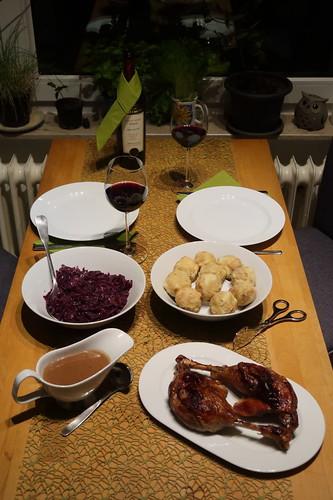 Gänsekeulen mit viel Soße, Semmelknödeln und Rotkohl (Tischbild)