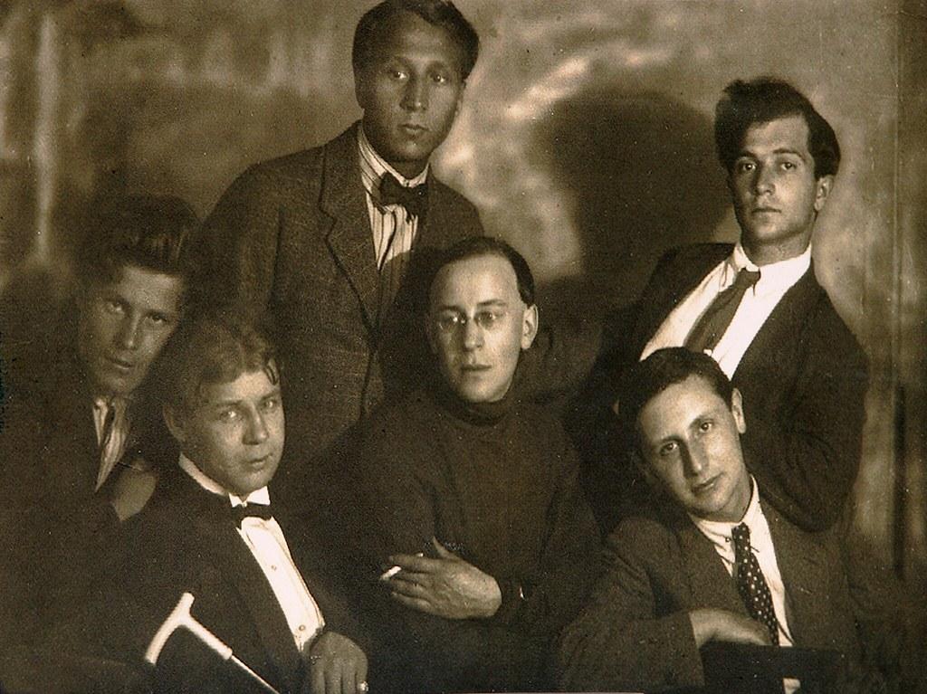 Владимир Ричиотти, В. И. Эрлих (вверху); Иван Приблудный, С. А. Есенин, Г. Б. Шмерельсон, С. А. Полоцкий (внизу). 1924
