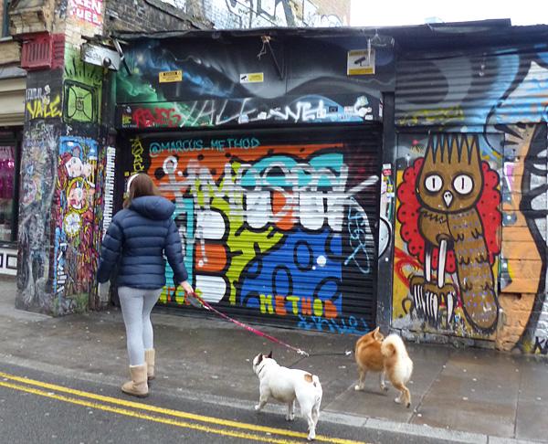 deux chiens à Brick Lane