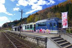 お座トロ展望列車は会津下郷駅で停車し、「ますバーガー」の車内販売が行われる