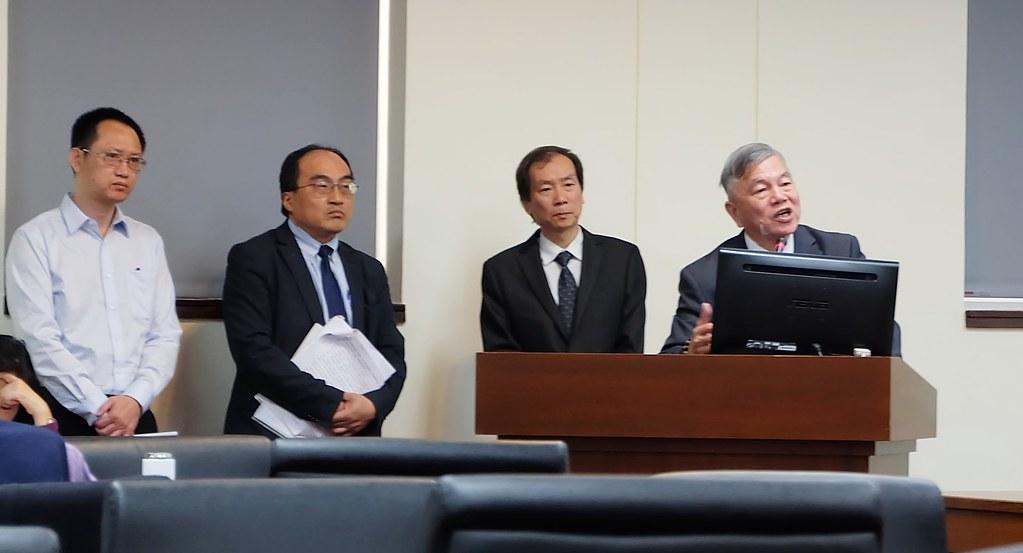 經濟部長沈榮津(右一)赴立院說明工廠管理輔導法修法方向。攝影:陳文姿