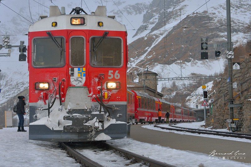 Train du Bernina Express en gare de l'Alp Grüm, altitude 2091 m, en provenance de Chur et à destination de Tirano par Bernard Grua - Rhätische Bahn, Chemins de fer rhétiques