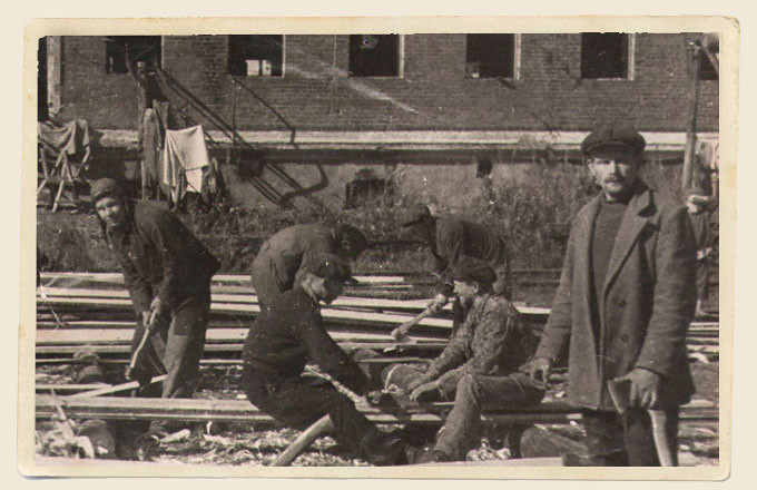 1 1944 год. Восстановление завода после освобождения города от фашистских захватчиков.