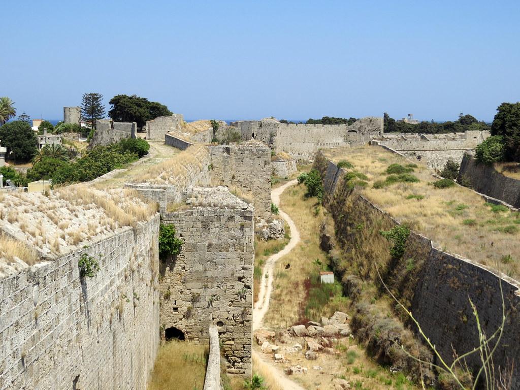 Южная стена и крепостной ров