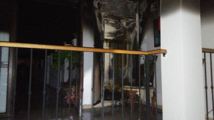Los bomberos intervienen en un incendio en una vivienda de Castellar