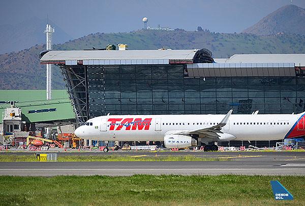 SCL Espigón C y LATAM A321 (Maurice Becker)