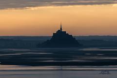 à l'aube d'un nouveau jour sur le Mont st Michel _ vue depuis les falaises champeaux _ cabane vauban _ carolles - Photo of Champeaux