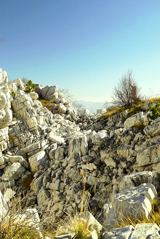 Камни на склоне горы