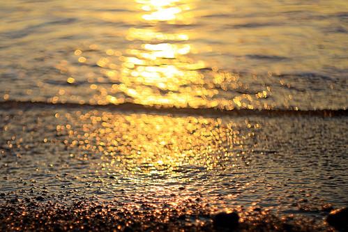 Un'altra onda si avvicina e anche la sua anima sembra essere piena di segreti e della voglia di scavare tesori._Another wave is approaching and even his soul seems to be full of secrets and the desire to dig treasures.