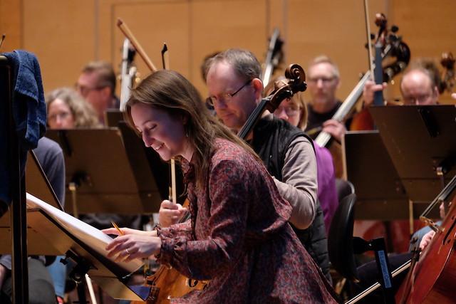 Kompositör Lisa Streich under repetitionerna med Norrköpings Symfoniorkester