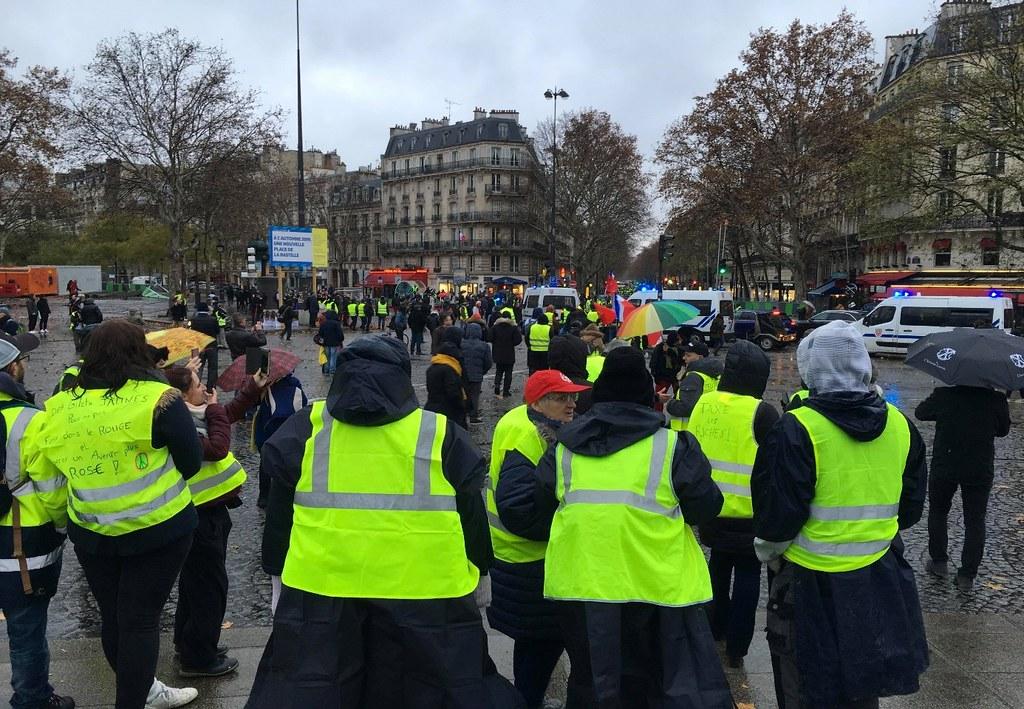 十一月中旬以來的連續好幾個週末,巴黎香榭大道和艾菲爾鐵塔周圍、甚至遍及全法國,都出現高強度示威行動。