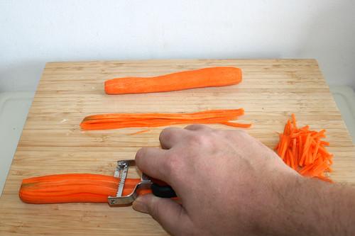 14 - Möhren in dünne Streifen schneiden / Cut carrots in thin slices