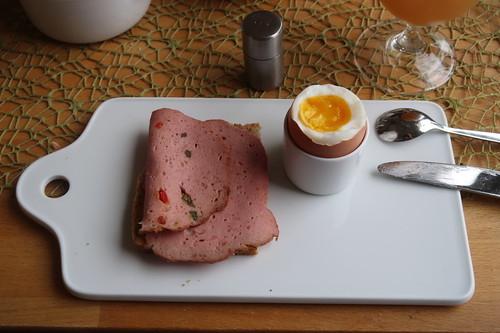 Fleischkäse auf Dinkel-Joghurt-Brot zum Frühstücksei
