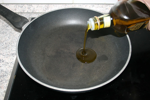06 - Olivenöl in Pfanne erhitzen / Heat olive oil in pan