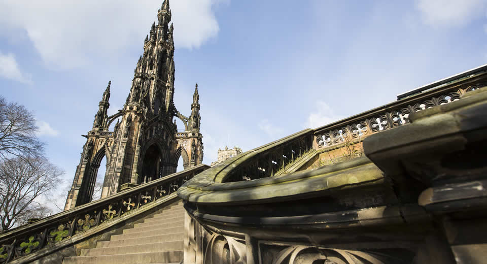 Bezienswaardigheden Edinburgh: Scott Monument (foto: Simon Jarra)   Mooistestedentrips.nl