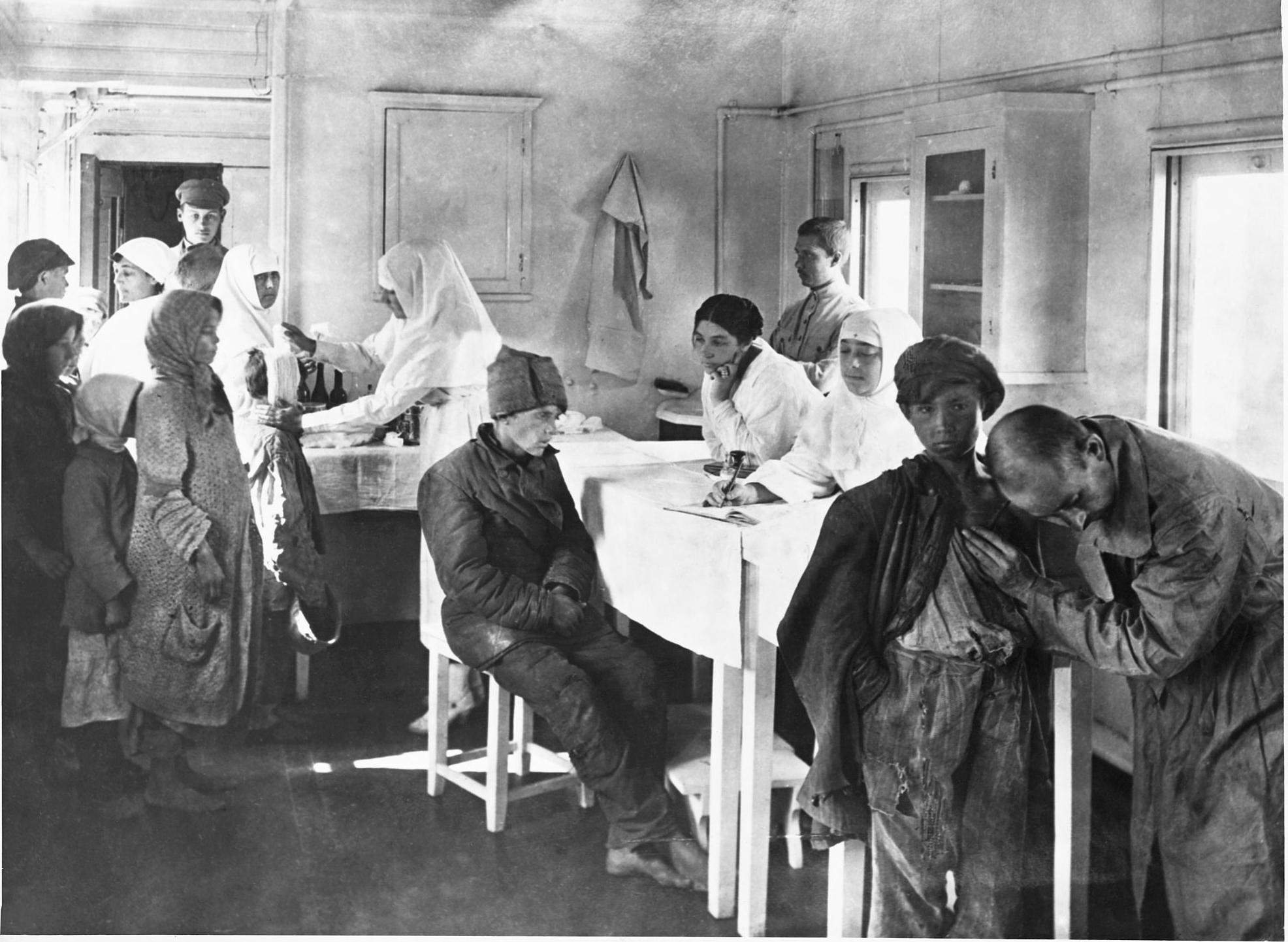 Врачи осматривают истощенных детей в вагоне американского санитарного поезда. Поволжье