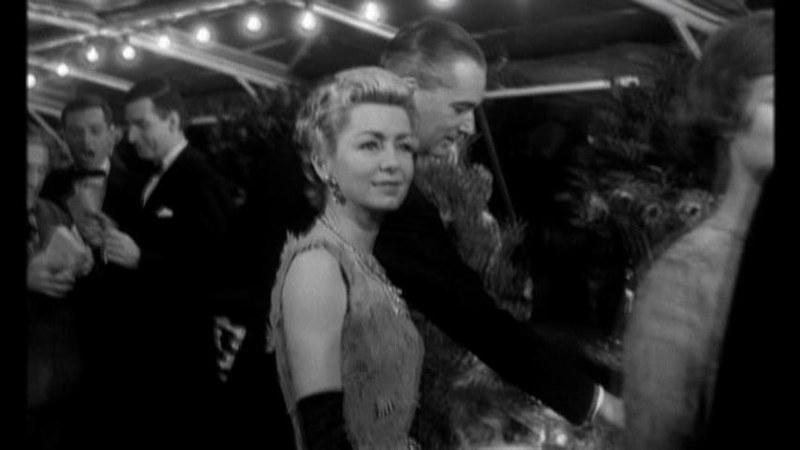 パーティで楽しく過ごすソフィーの母親。映画「パリジェンヌ」より。