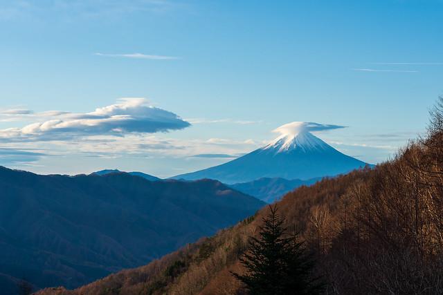 登山開始前に柳沢峠より仰ぐ富士山