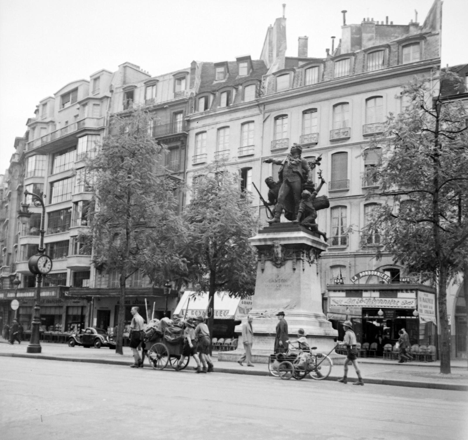 1939. Площадь Анри Мондора в 6 округе, Статуя Дантона