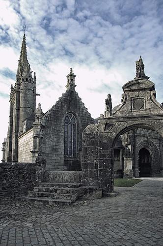 Eglise et enclos paroissial à Guililiau