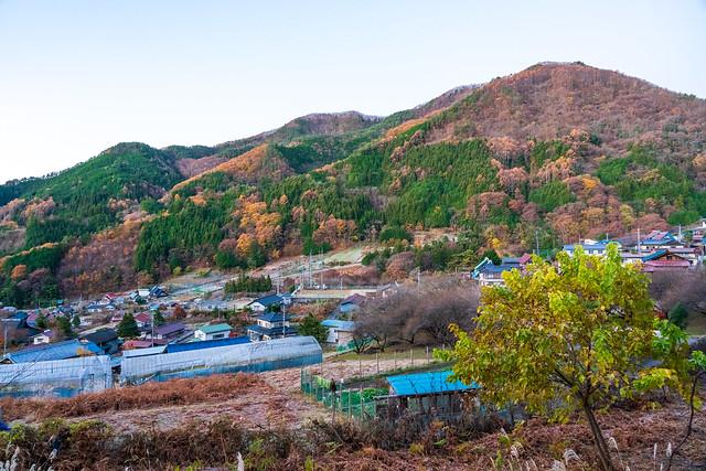 徳和集落を眺めながら登山口へ向かう