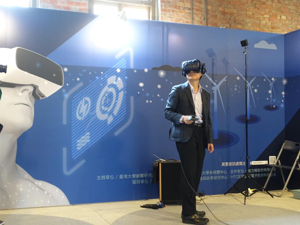 科技部長陳良基戴上VR頭盔體驗,成為這則VR新聞的第一個體驗者。賴品瑀攝。