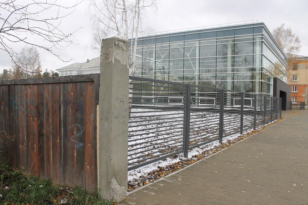 Выставочный центр и его забор. манекены, забор, будет, центр, здание, учреждения, ограды, стройте, везде, долго, заборов, городасвалки, города, выставку, экспонаты, гости, будут, любоваться, которые, привезут