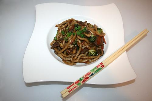 40 - Beef udon stir fry - Served / Rindfleisch Udon-Nudelpfanne - Serviert