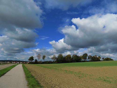20171006 09 399 ostbay Wolken Herbst Feld Bäume Weg Ortschaft
