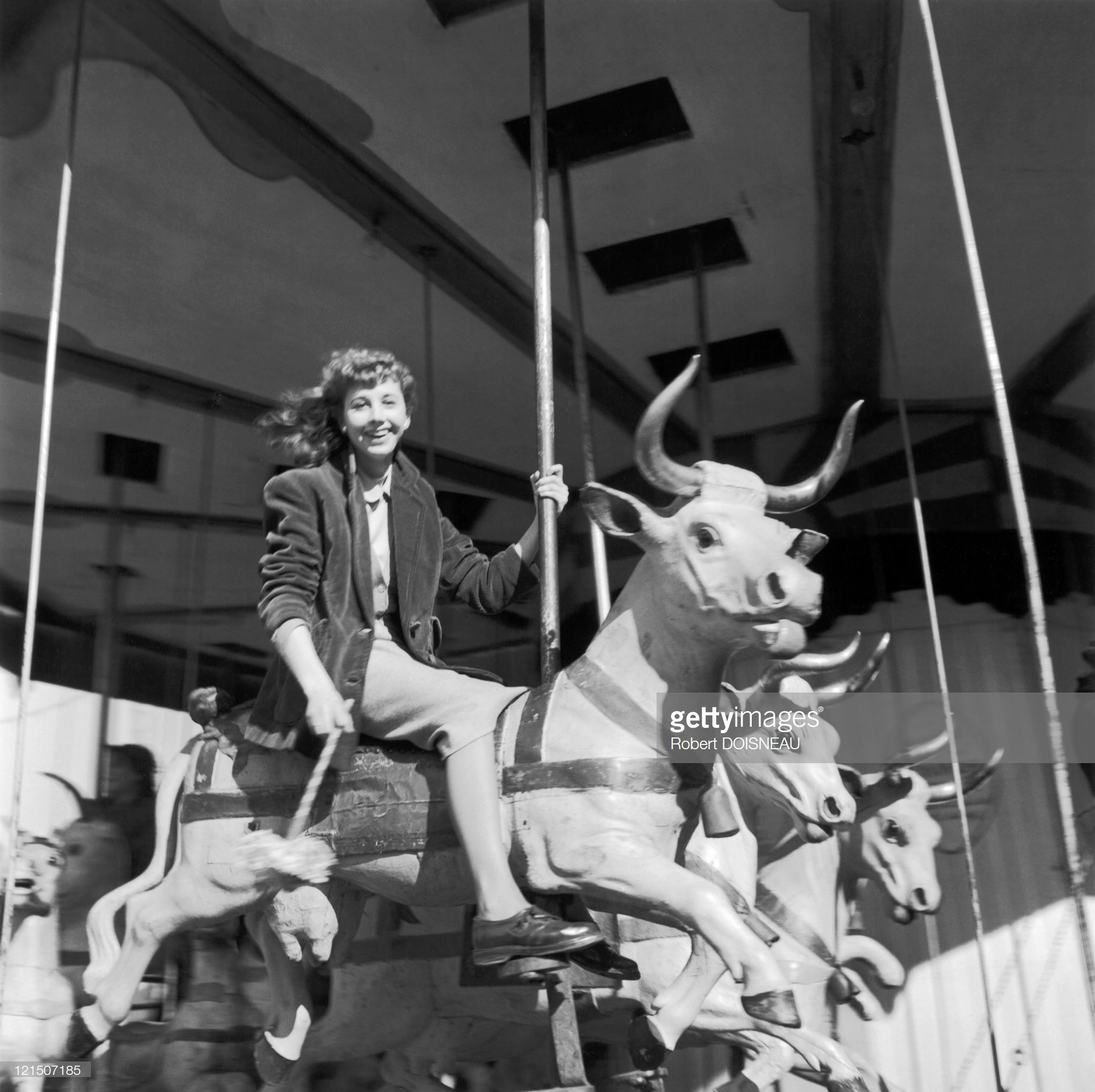 1951. Молодая девушка на карусели в парижской Тронной ярмарке