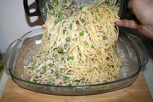 28 - Spaghetti in Auflaufform geben / Put spaghetti in casserole
