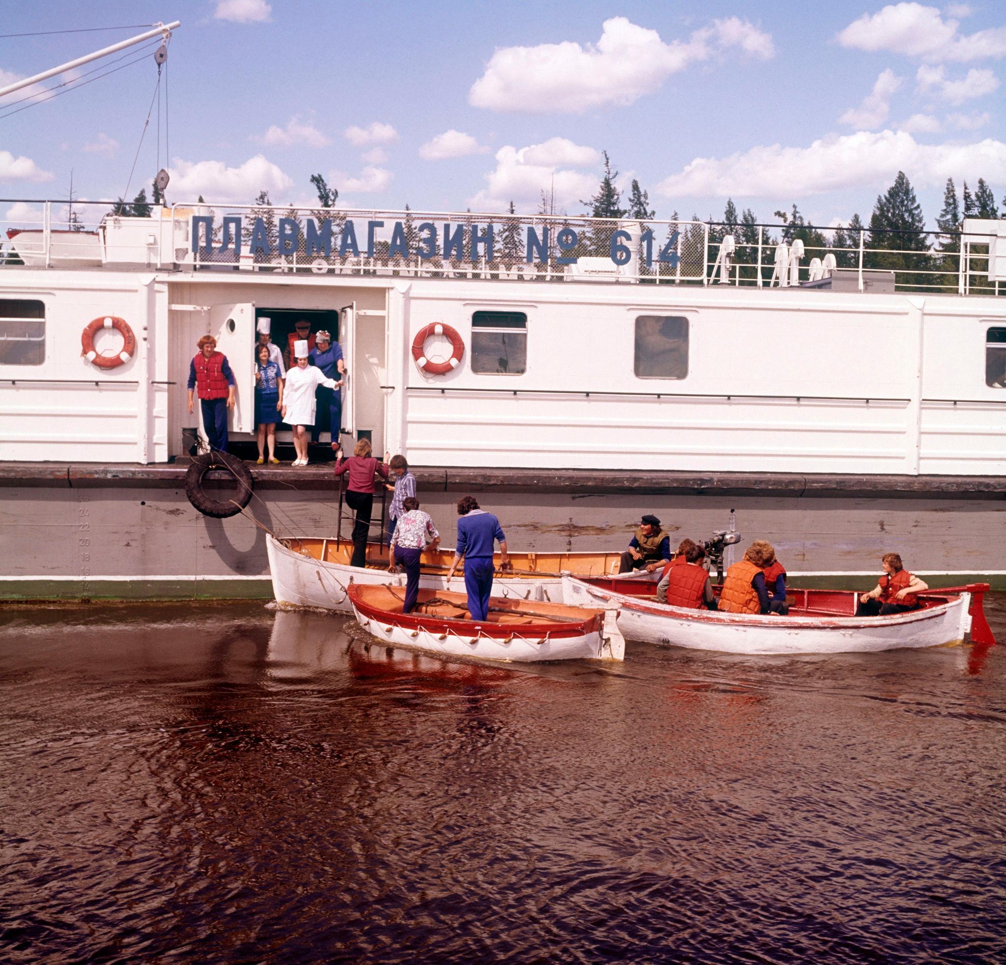 1970-е. Лена, покупатели плывут в плавучий универмаг, Плавмагазин № 614