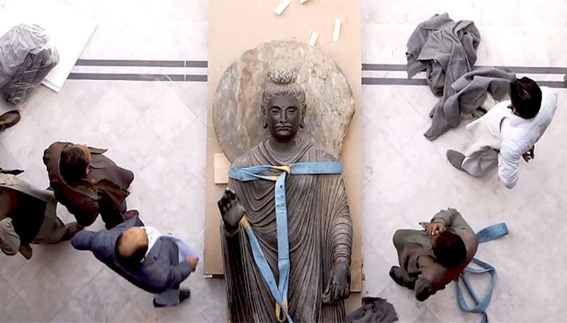 Rupaka Buddha Shakyamuni dipersiapkan untuk dipindahkan ke Museum Rietberg di Zurich, Swiss, dari Museum Peshawar, Pakistan.