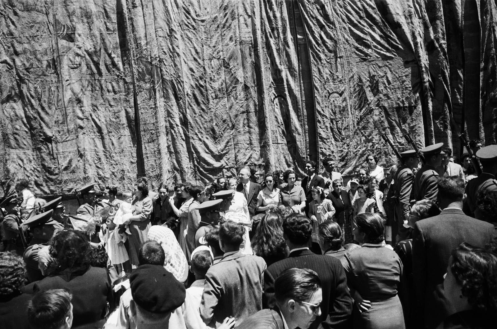 Tapices flamencos colgados de las paredes de la catedral con motivo de la Procesión del Corpus Christi de Toledo en 1955 © ETH-Bibliothek Zurich