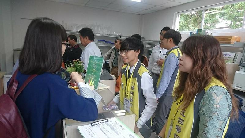 民眾於植物教學醫院掛號處洽詢