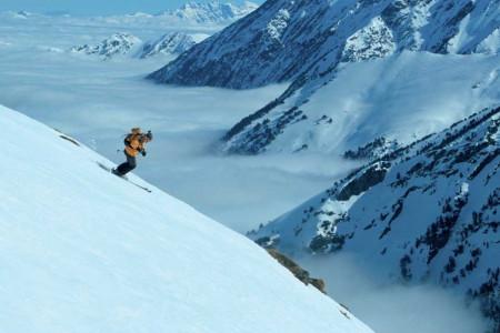 Francouzské Pyreneje vždy ve srovnání sAlpami hrály mezi lyžaři druhé housle. Alpy jsou větší, vyšší, je tu více lyžařských středisek. Ale Pyreneje jsou drsnější se zubatými vrcholky atmavými srážkovými mraky. Amaj...