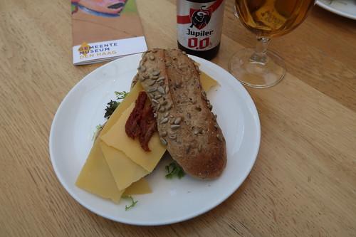 Brodje Oude Kaas und alkoholfreies Jupiler im Grand Café im Gemeente Museum