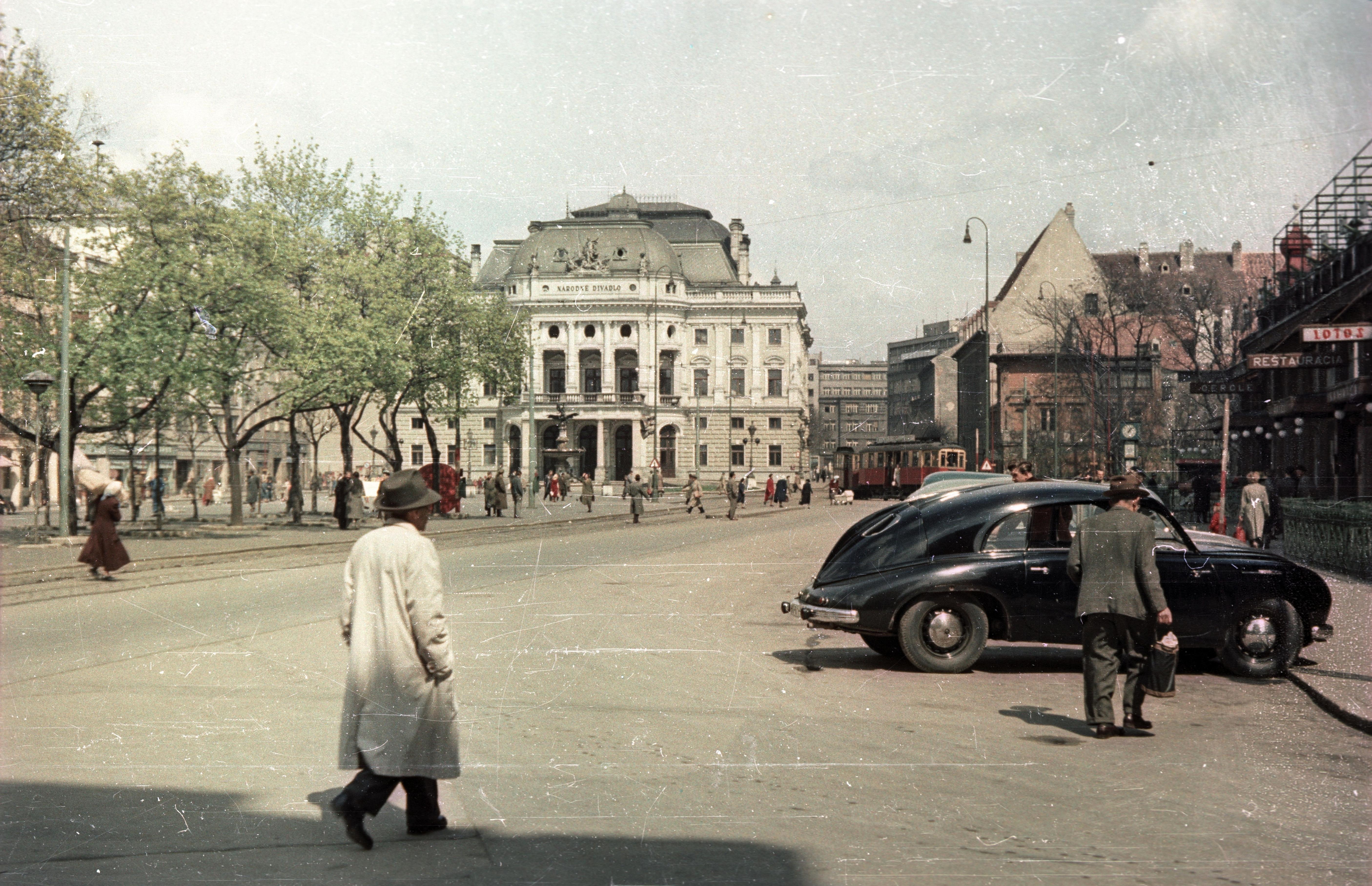 Братислава.  Площадь Гвездослава напротив Национального театра