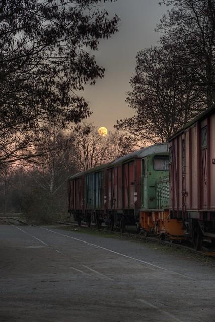 Zug mit Mond