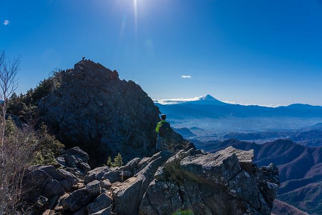 乾徳山山頂と富士山@乾徳山北側の岩場