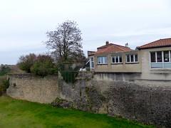 Gençay, Vienne: une école construite à l'extérieur de l'enceinte du château - Photo of Brion