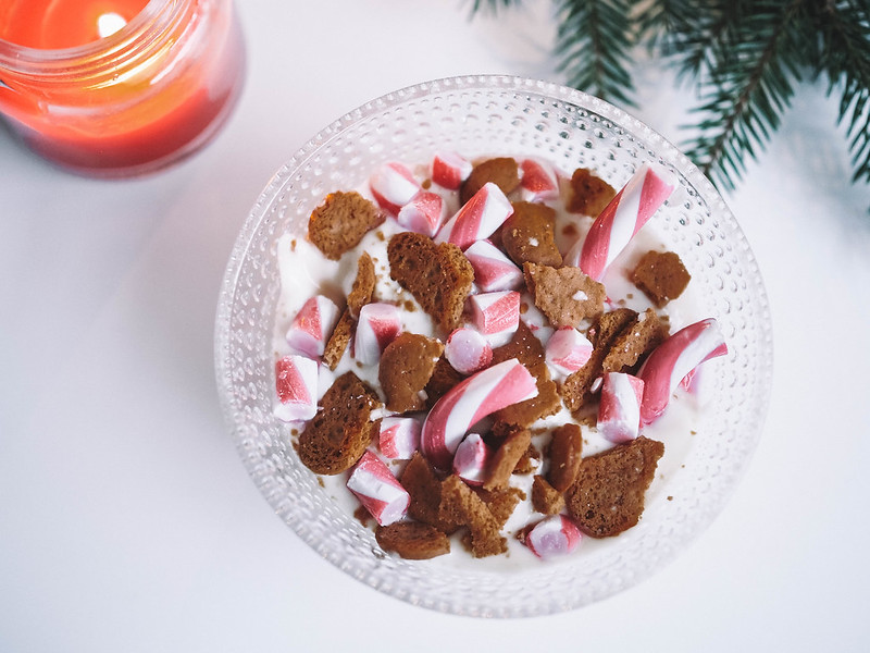 PC184839,PC184838, joulu, christmas, jälkiruoka, dessert, jouluinen jälkiruoka, christmassy dessert, resepti, recipe, ohje, valkosuklaa proteiinivanukas, joulupipari, pudding, christmas cookies, piparminttu tangot, candy canes, food, ruoka,
