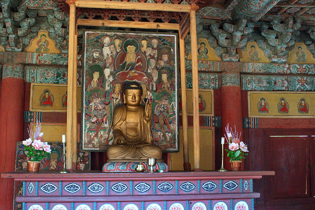 Woljeong-sa Temple, Guwolsan Mt. A couple of such places still existent in NK are the only places where portraits and statues are not the same