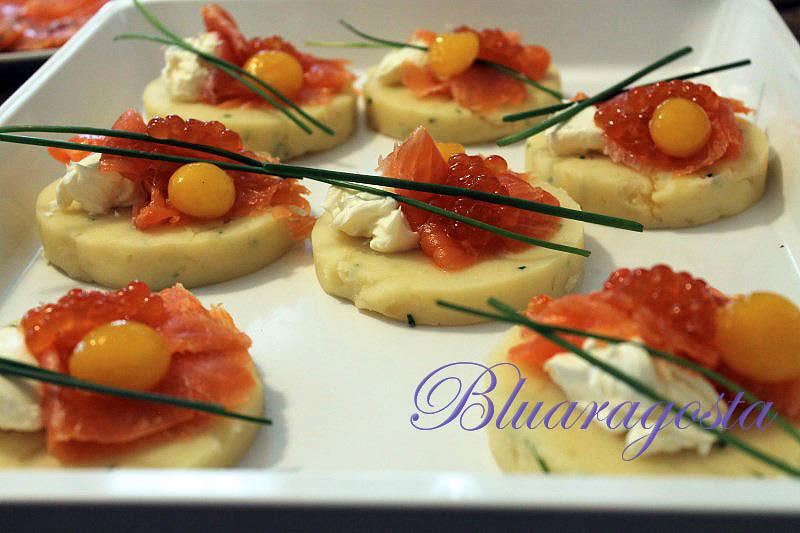 04-Tartine di patate con caviale di salmone e uovo marinato