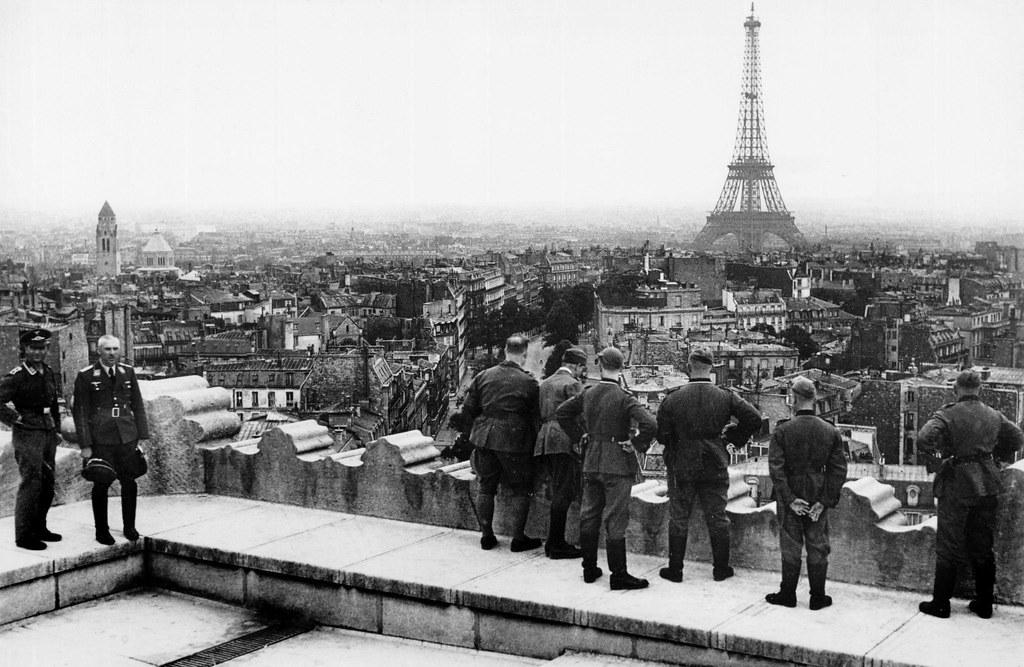 1942. Немцы на крыше Триумфальной арки
