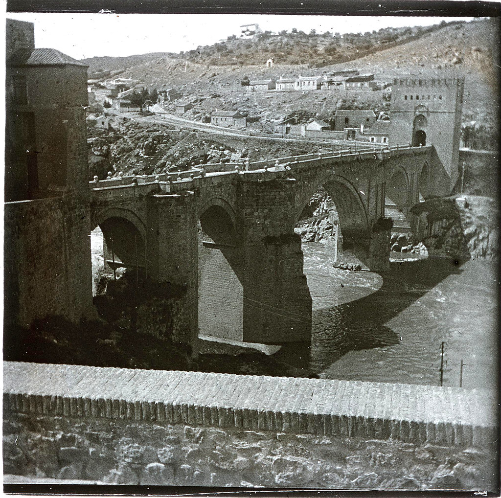 Puente de San Martín  hacia 1935. Cristal estereoscópico de autor anónimo francés. Colección de Eduardo Sánchez Butragueño