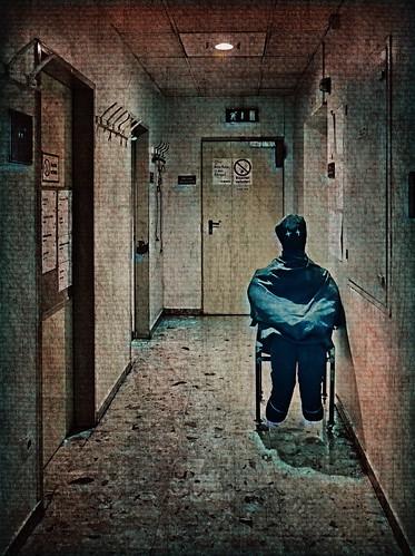 at the corridor: Waiting for auto-da-fé (Burning of Heretics) - backstage, Don Karlos, during rehearsals, während Proben - Im Gang zwischen Toilette und Dienstzimmer: Warten auf`s Autodafé - nach der Ketzerverbrennung ist vor der Ketzerverbrennung